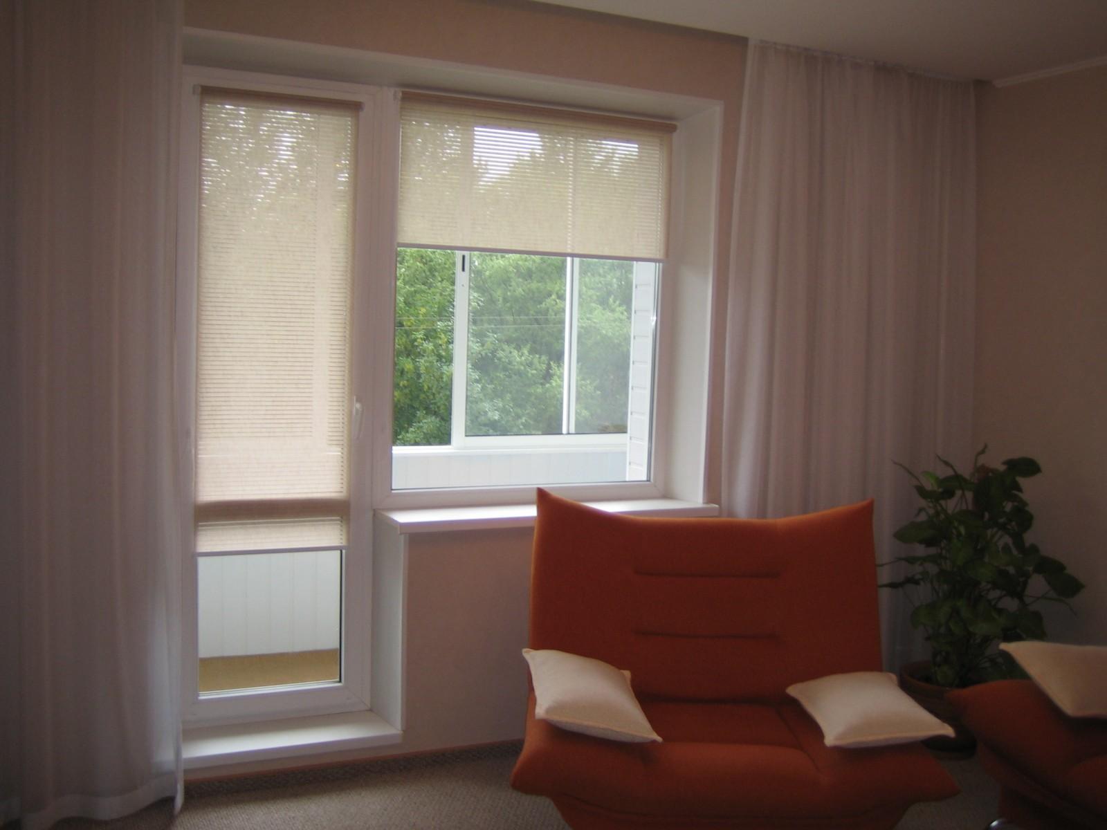 Шторы на окна с балконной дверью: варианты для кухни, спальн.